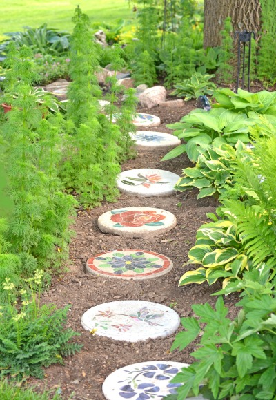 stepping stones of all shapes and sizes are used in gardens to make the path easier to see and also to make it more decorative - Decorative Stepping Stones